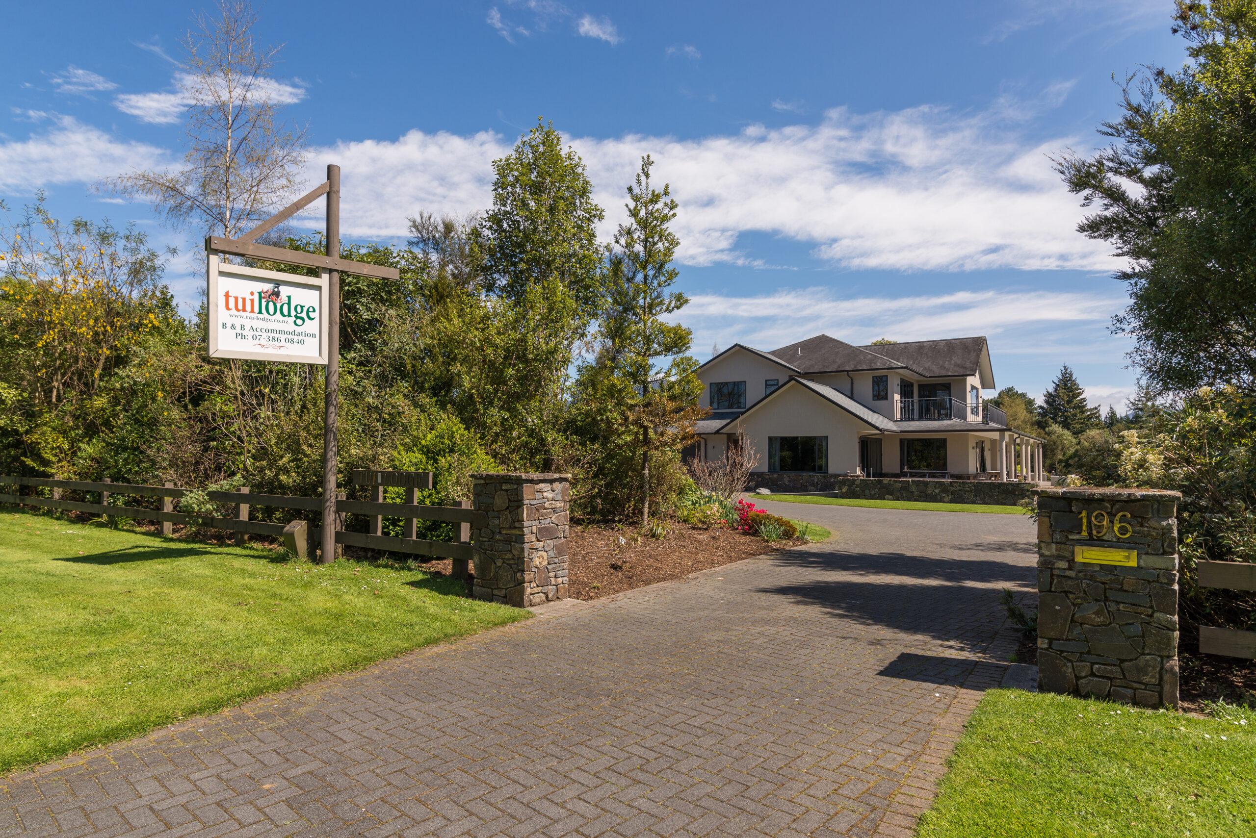 Tui Lodge luxury accommodatin in Turangi front gate